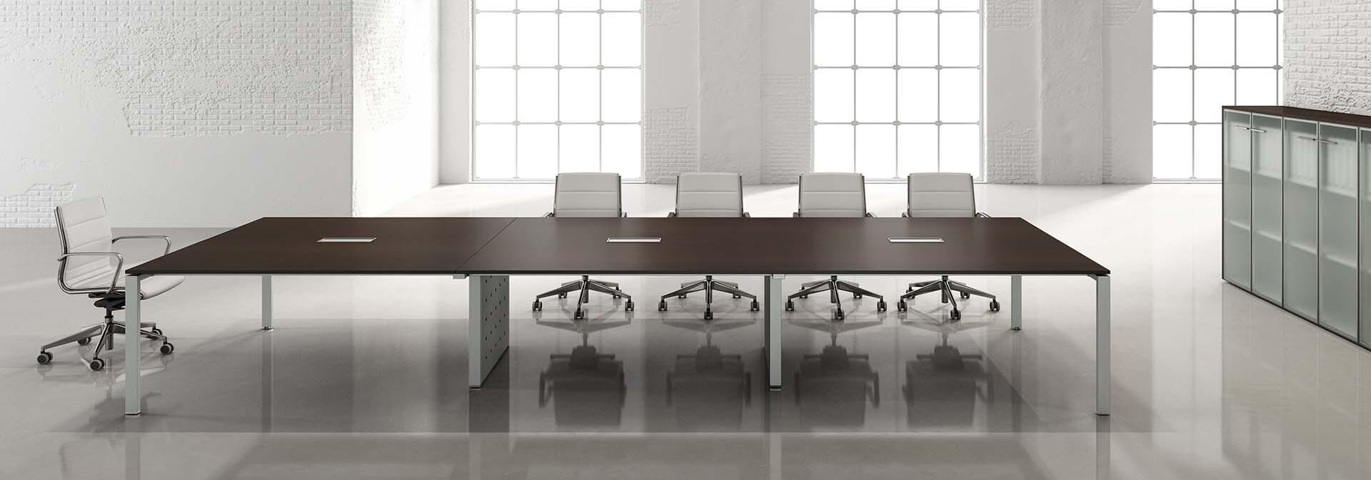 tavolo-conferenza-sedicinoni.jpg